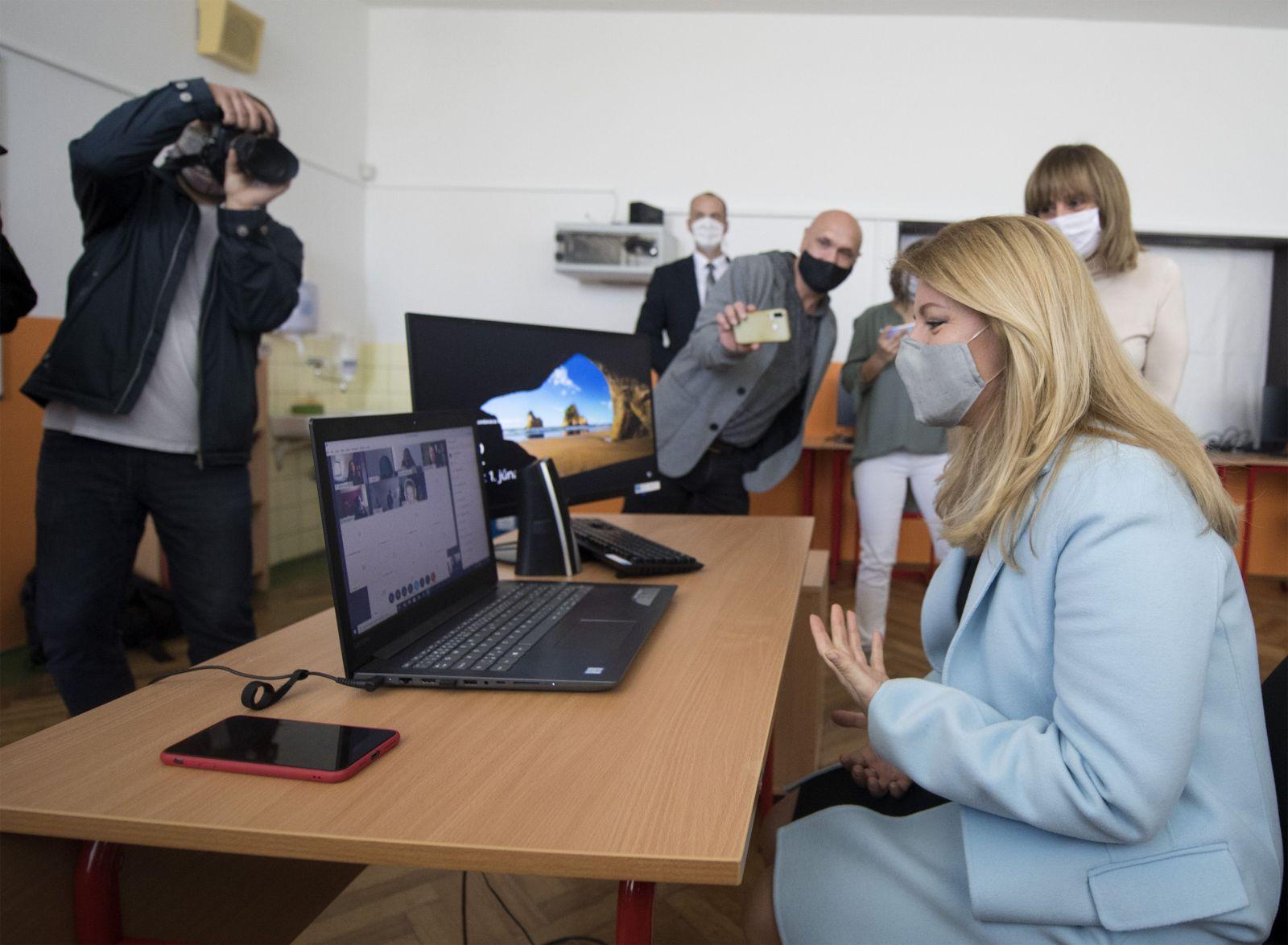 Prezidentka Zuzana Čaputová si skúsila online vyučovanie