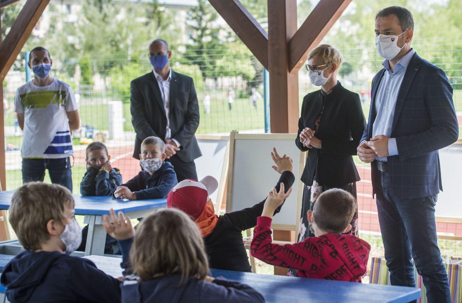 Rád by som sa vrátil do školských lavíc, bolo by to menej starostí, vyhlásil Igor Matovič počas návštevy ružinovskej školy