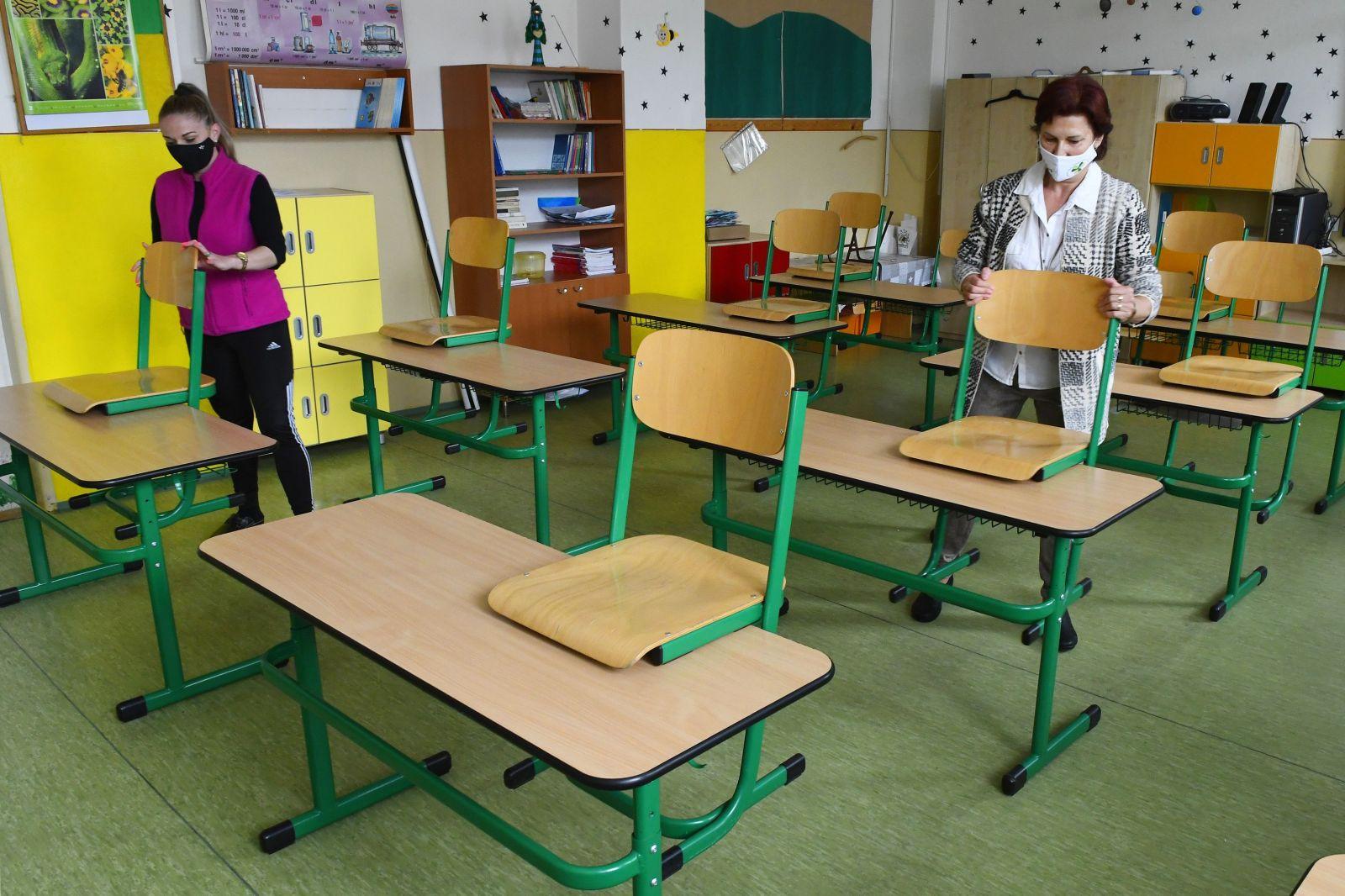 Žiaci dnes idú prvýkrát do škôl po troch mesiacoch. Do lavíc sa vrátia približne dve tretiny detí