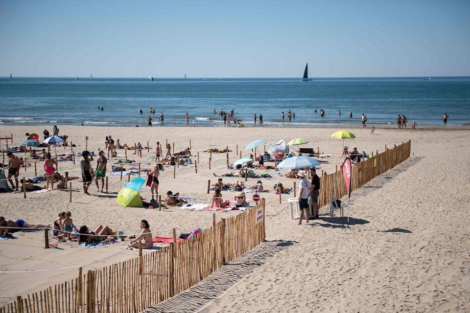 Francúzi vyriešili bezpečnú vzdialenosť na plážach. Musíš si zajednať povinnú rezerváciu v ohrádke