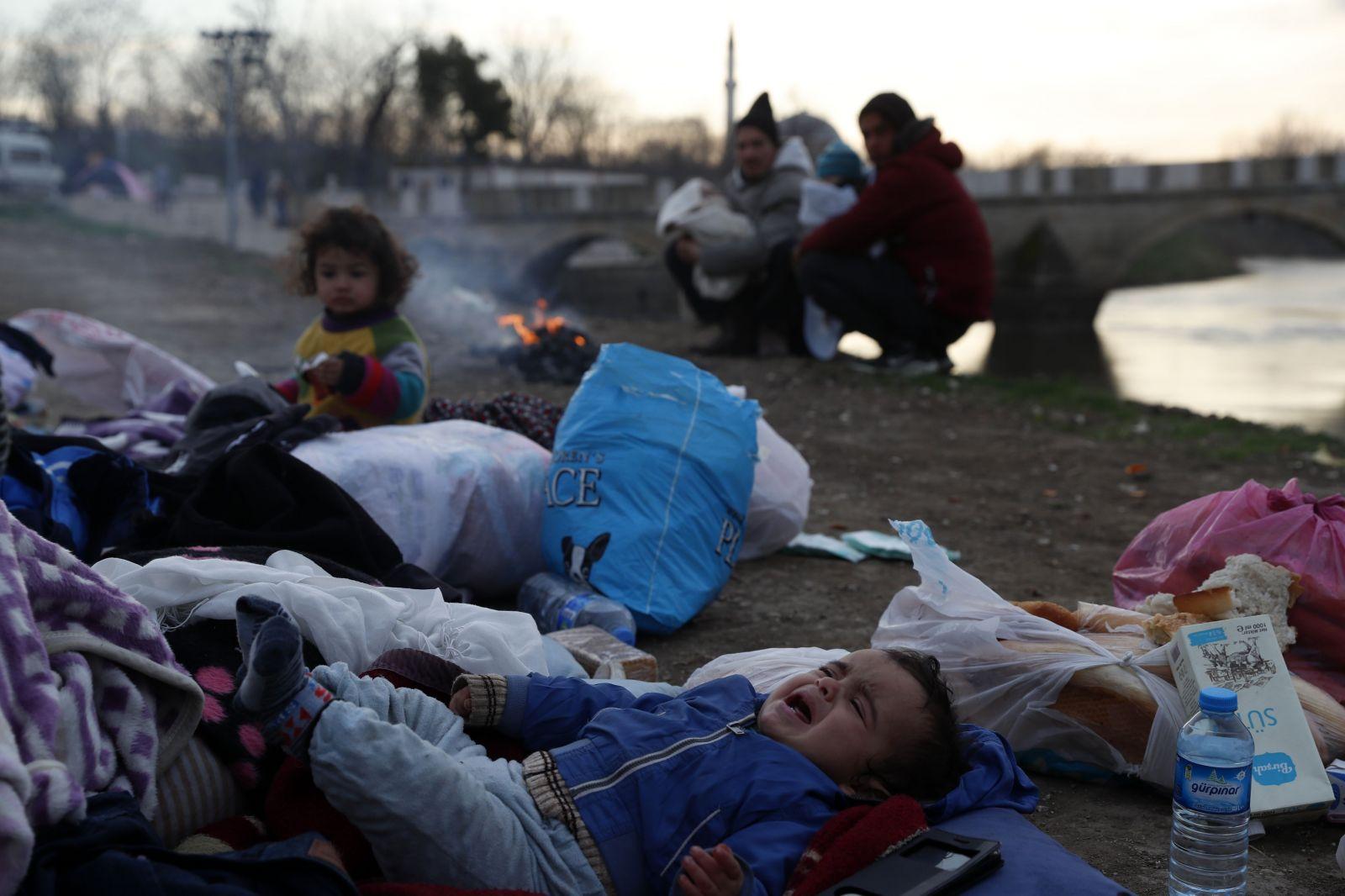 Migrantov čakajú na hraniciach mrazivé noci