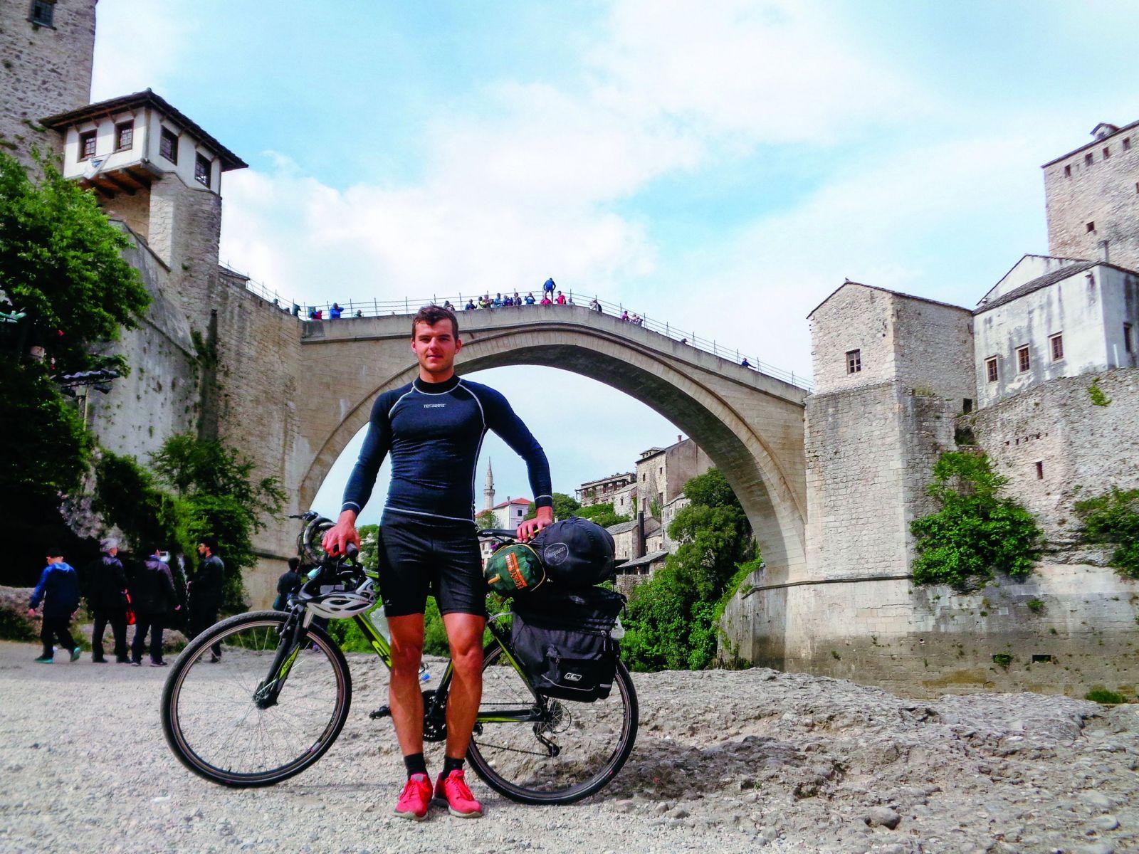Daniel musel pre zranenia skončiť s profesionálnym futbalom. Namiesto toho prešiel na bicykli 20 tisíc kilometrov