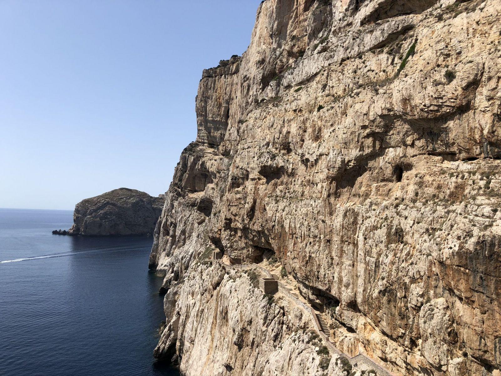 Dobrú reštauráciu na Sardínii nájdete podľa svätých obrázkov, gumených obrúsov a futbalu v telke, hovorí novinárka Eva Kubániová