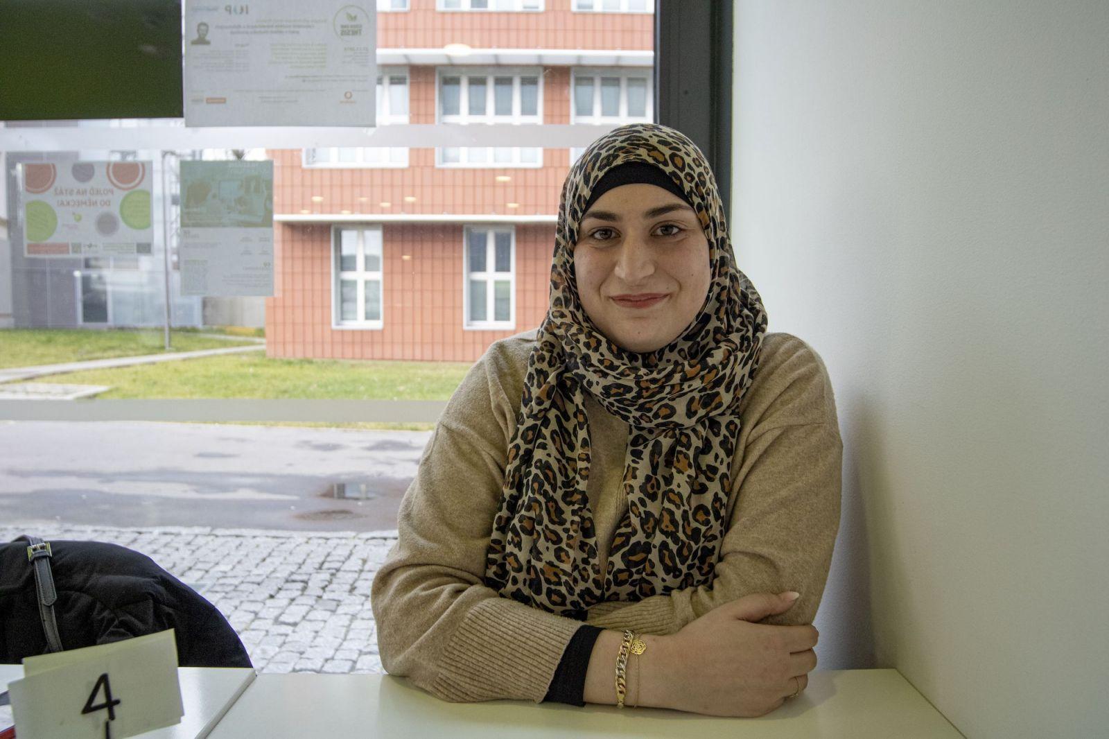 Mladá muslimská učitelka si našla cestu k romským žákům z vyloučené lokality. Potřebují pozitivní vzor, vyhoření se nebojím, říká