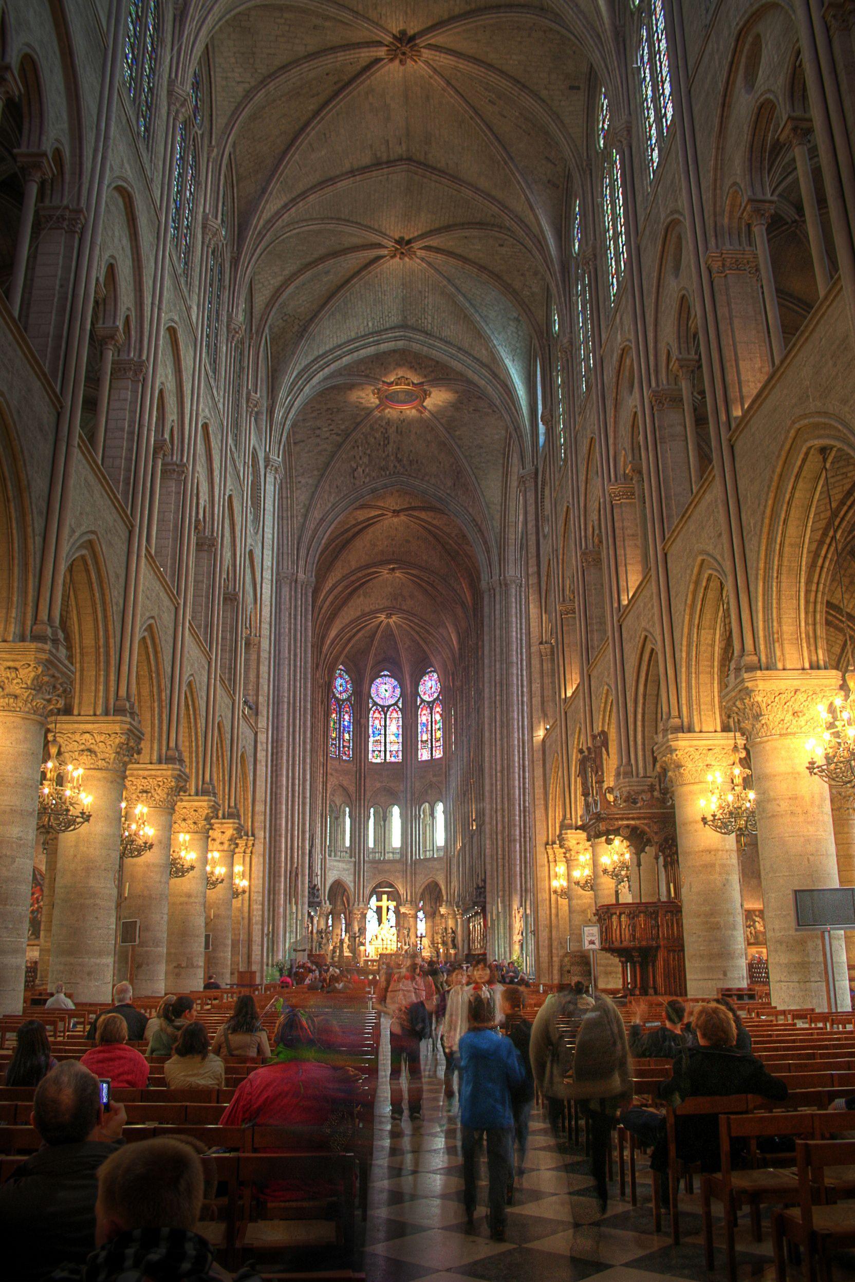 Chrámu Notre-Dame už jednou hrozila velká zkáza. Jaký je příběh nejúchvatnější stavby naší civilizace?