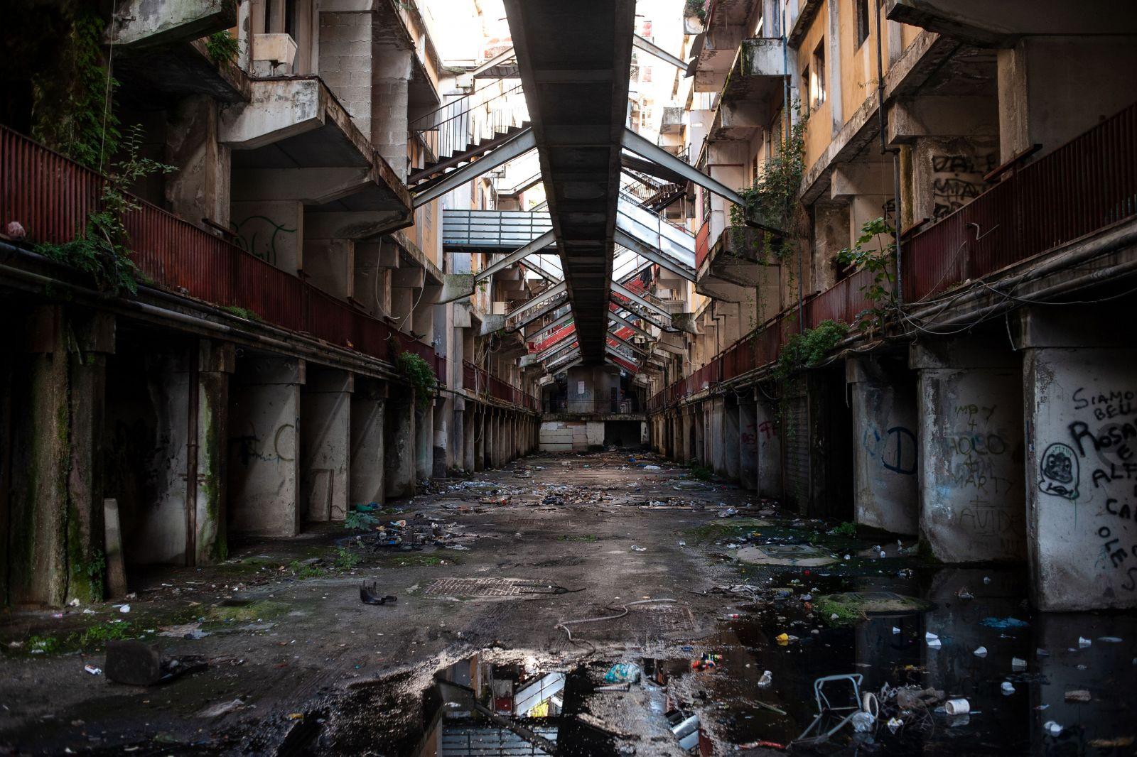 Italské brutalistní sídliště bylo dějištěm krvavých válek mezi mafiánskými klany. Zastaví architektonickou depresi demolice?