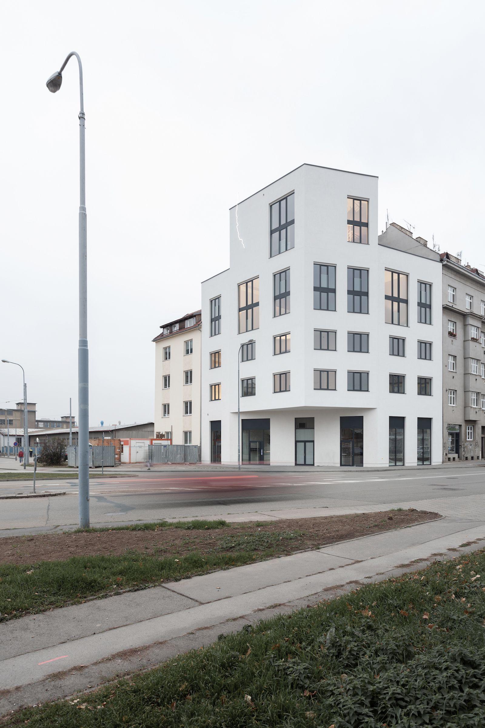 Minimalistický dům v Brně má na fasádě ikonický blesk a uvnitř stylové loftové byty