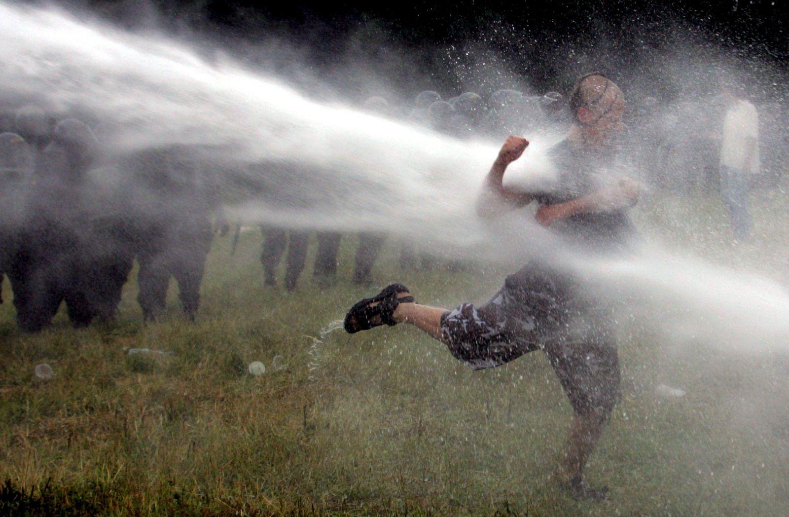 Czechtek 2005: Subkulturní událost roku rozehnalo stovky těžkooděnců slzným plynem a vodními děly
