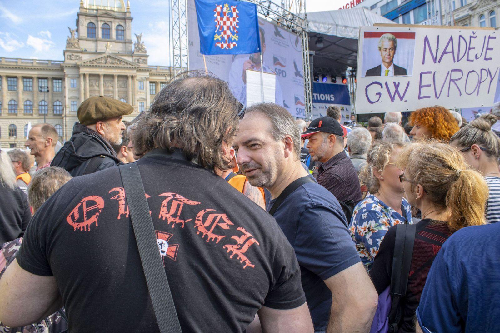 Muž dostal za hajlování na Václavském náměstí podmínku a pokutu 30 tisíc
