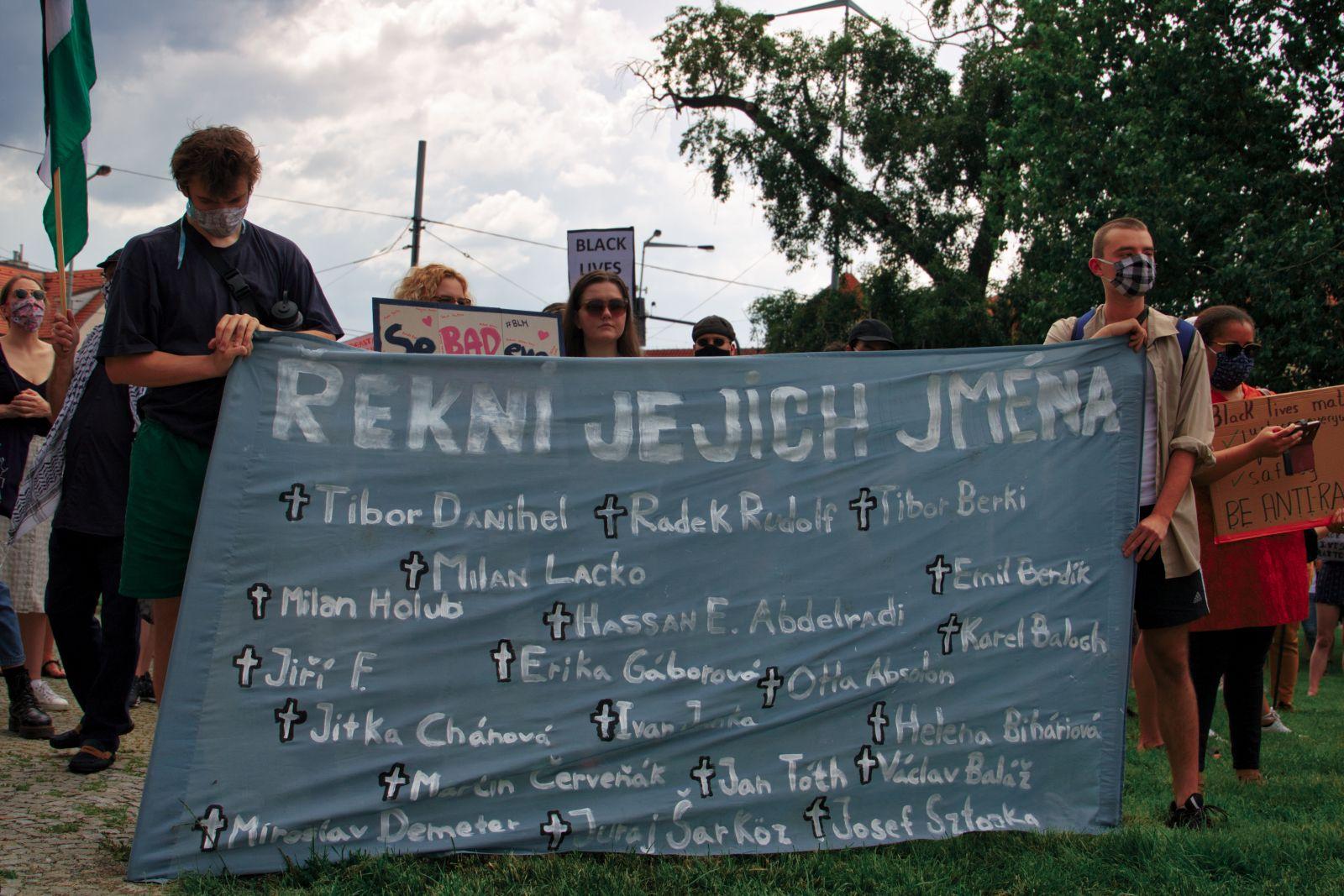 """Prahou prošel pochod proti rasovému násilí. """"Zeptejte se Romů, jaké mají zkušenosti s policií,"""" ozývalo se na něm (Fotoreport)"""