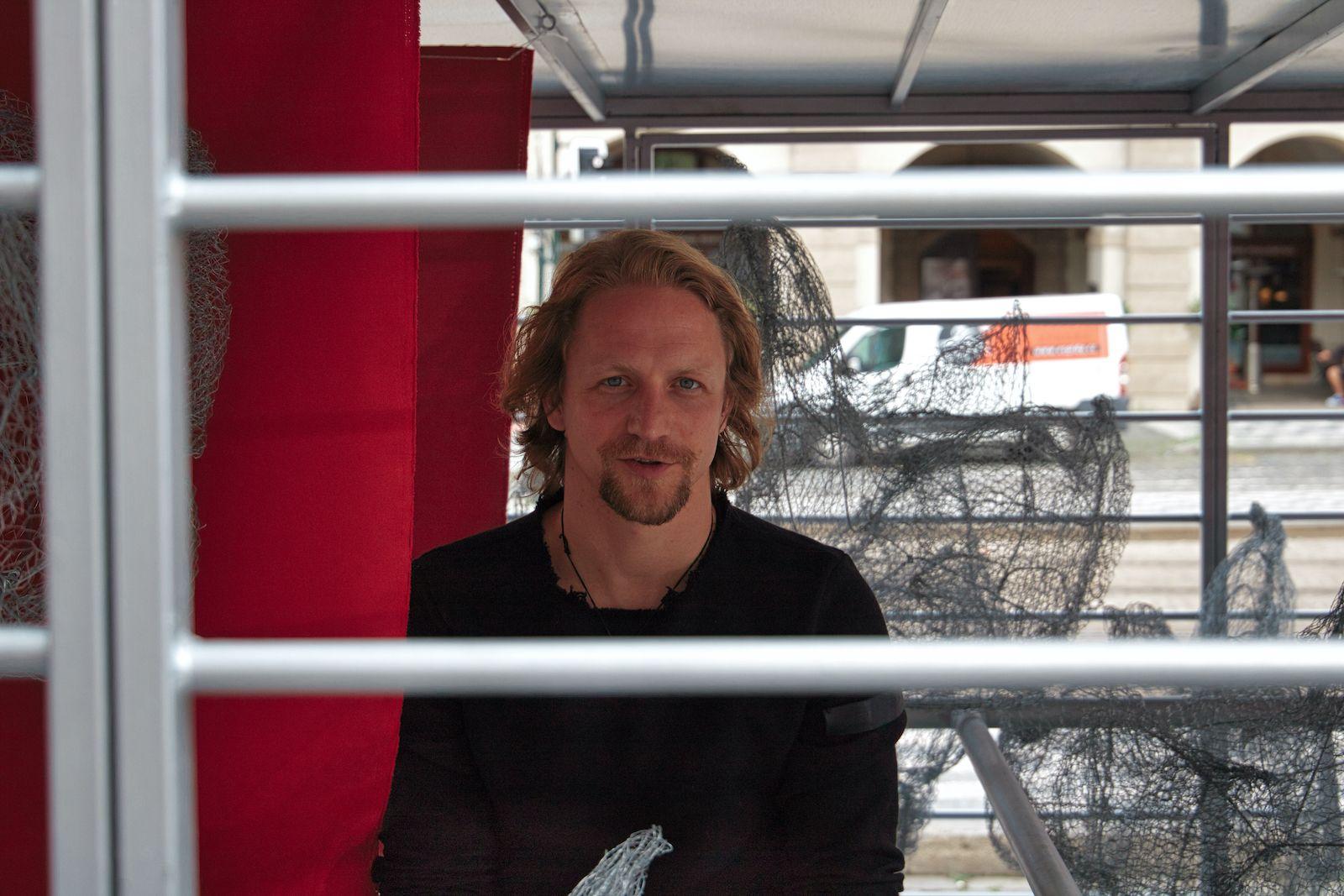 Tomáš Klus se zavřel na náměstí v Praze do klece. Protestoval proti klecovým chovům slepic