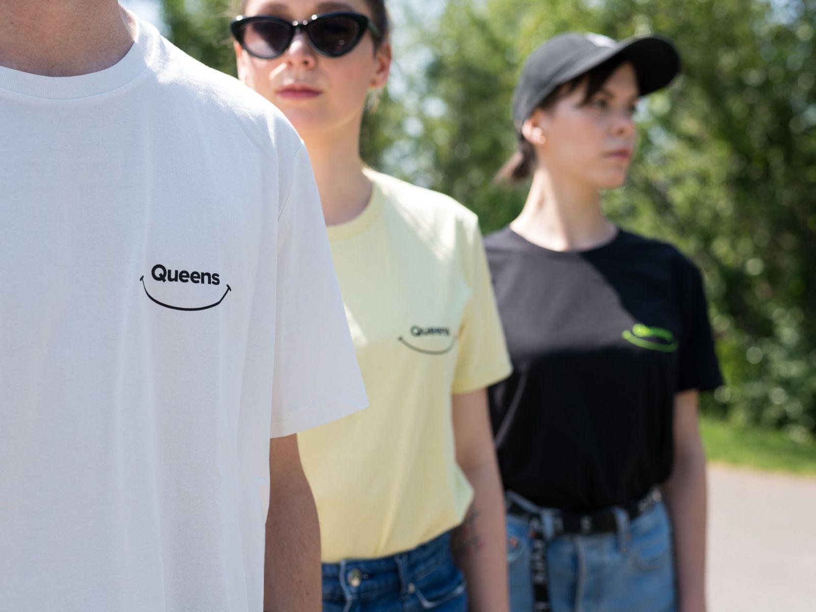 Pozitivní kolekce od Queens odkazuje na estetiku 90. let. Podpořila charitativní projekt, který pomáhá chudým