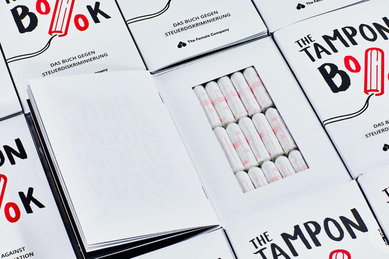 V Německu vydali knihu plnou tamponů. Upozorňuje na paradoxně nižší DPH na knihy než na dámské hygienické pomůcky