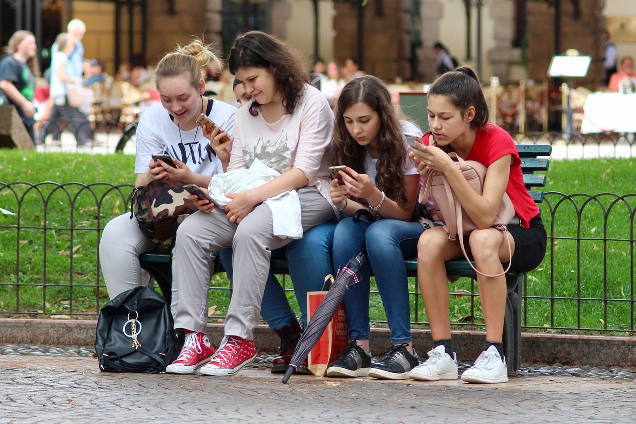 Mladé Čechy stále méně zajímá alkohol i drogy. Čas tráví spíše na sociálních sítích