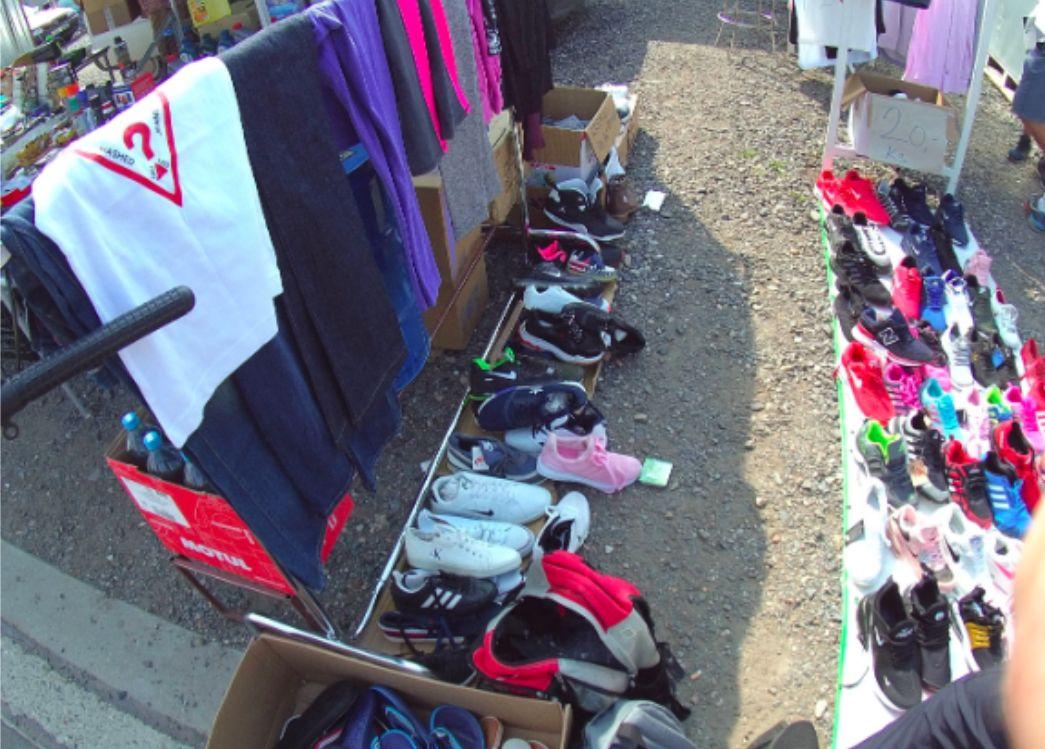 Podezřele levný Louis Vuitton nebo Tommy Hilfiger. Na bleším trhu v Praze zabavili padělky za 2,5 milionu korun