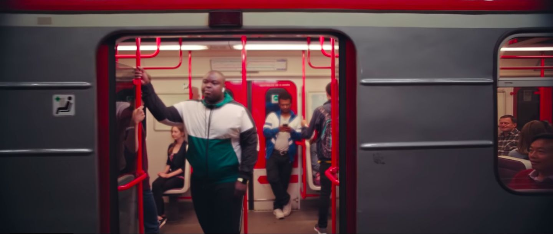 V nové reklamě na Apple Watch se objevilo pražské metro, lom Velká Amerika i areál SK Slavia