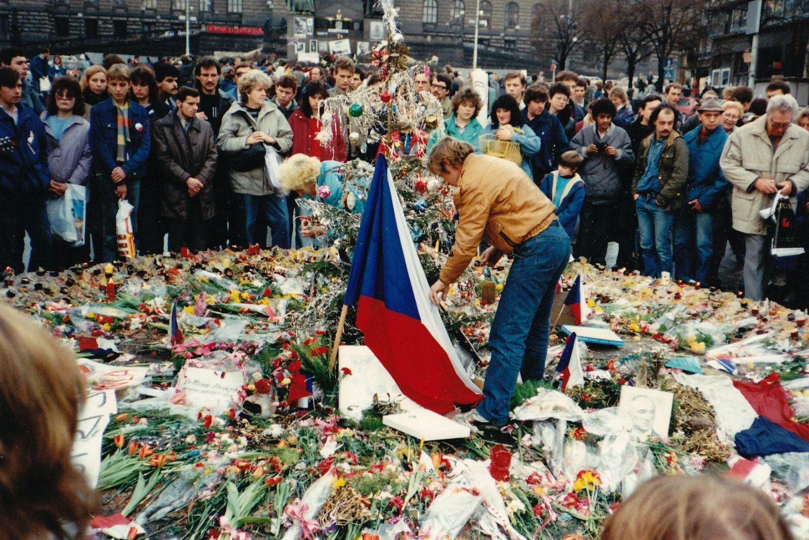 Za komunistů se žilo líp a listopad 89 byl spiknutí? Největší lži o sametové revoluci a socialismu v Československu