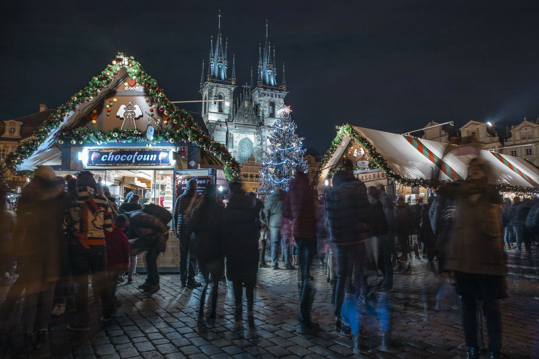 Průvodce vánočními trhy v Praze. Které jsou předražené, kde mají nejlepší atmosféru a co všechno na nich najdete?