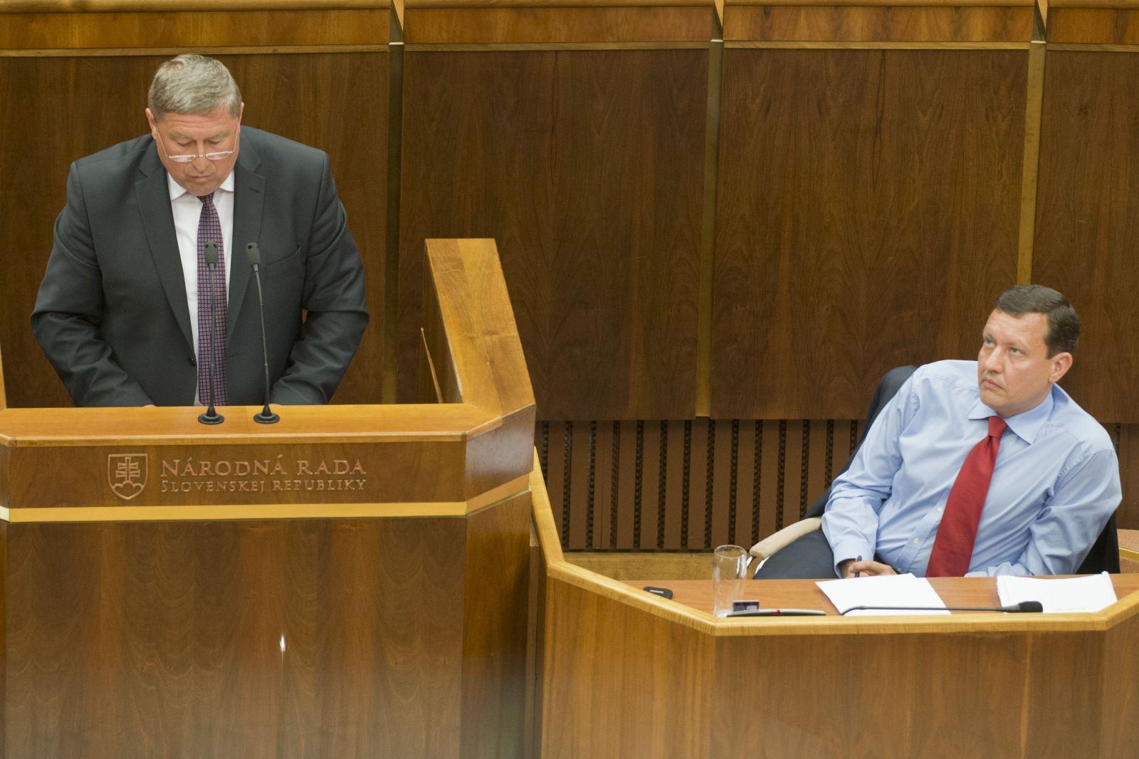Predseda Národnej rady SR Peter Pellegrini (Smer-SD) 15.06.2015 otvoril mimoriadnu schôdzu pléna ku kauze Gorila. Rokovanie 40 podpismi iniciovala opozícia, ktorá nie je spokojná s krokmi špeciálneho prokurátora Dušana Kováčika (na snímke vľavo) pri vyšetrovaní tohto prípadu. Na snímke vpravo v tom čase nezaradený poslanec Daniel Lipšic.