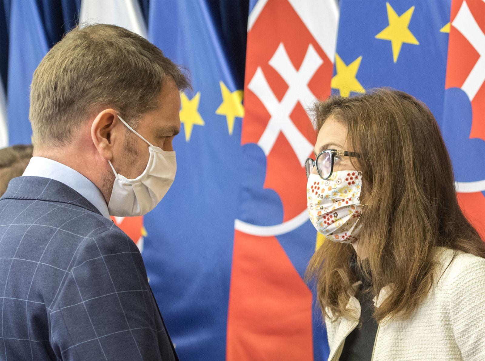 Na snímke predseda vlády SR Igor Matovič (OĽaNO) a bývalá ministerka zdravotníctva SR Andrea Kalavská počas tlačovej konferencie po stretnutí s radou epidemiológov pred začiatkom 15. rokovania vlády SR 28. apríla 2020 v Bratislave.