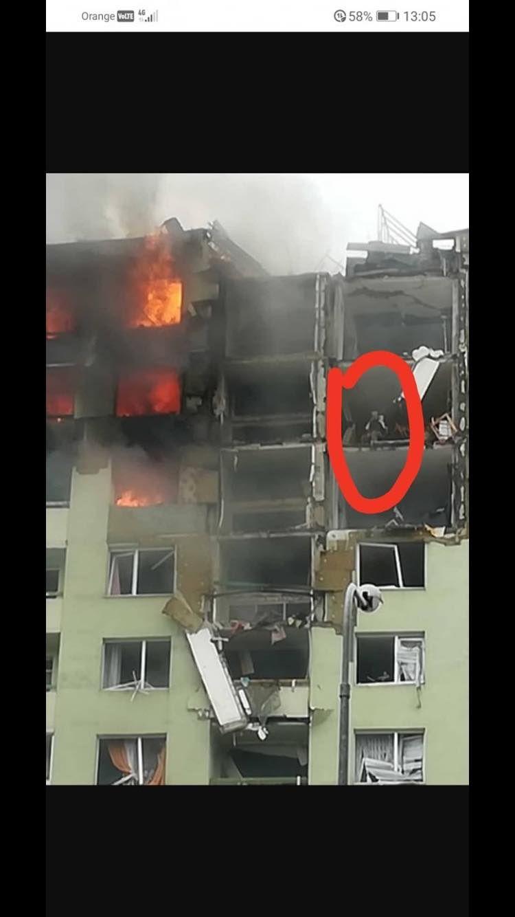 Prvé fotky z miesta explózie plynu v Prešove zachytávajú rozpadajúci sa panelák aj ľudí v snahe zachrániť sa
