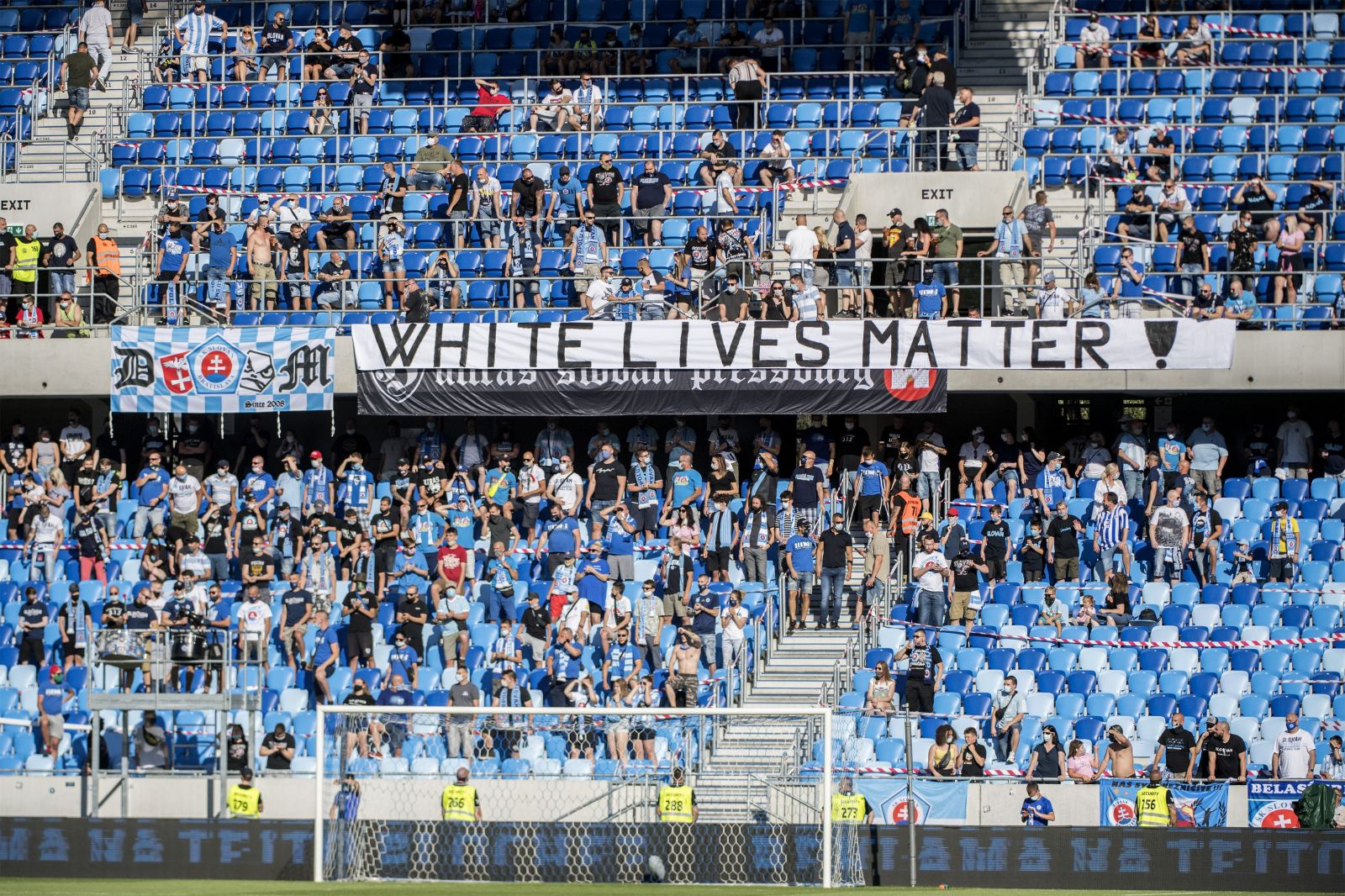 Rasistickí fanúšikovia futbalového Slovana vyvesili transparent White Lives Matter, nikto ich nenapomenul