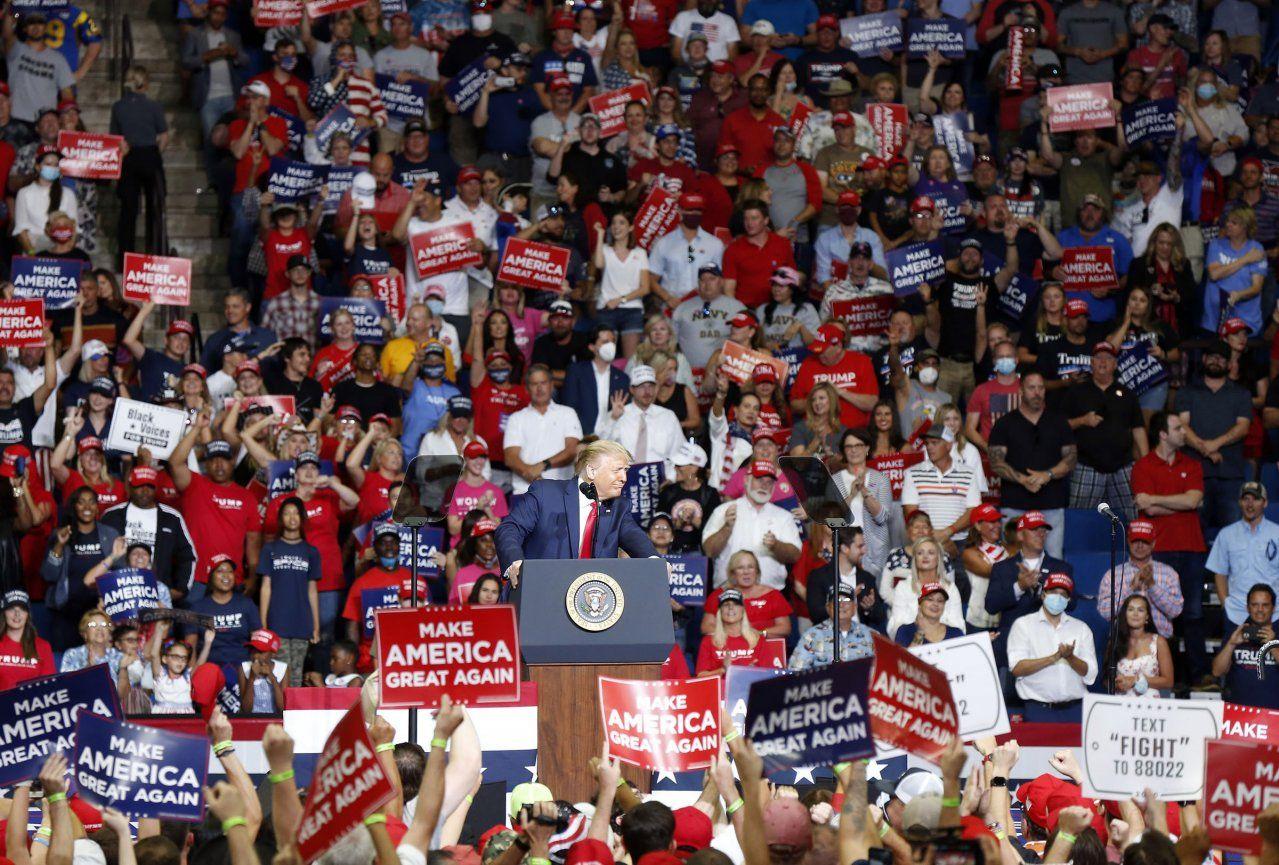 Šiesti ľudia z tímu Donalda Trumpa majú koronavírus, americký prezident má ešte jeden väčší problém