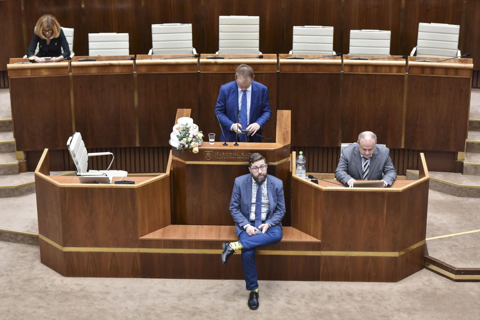 Andrej Danko priznal, že nemá možnosť dať vyviesť opozičných poslancov s tortou od rečnického pultu ochrankou. Schôdzu prerušil