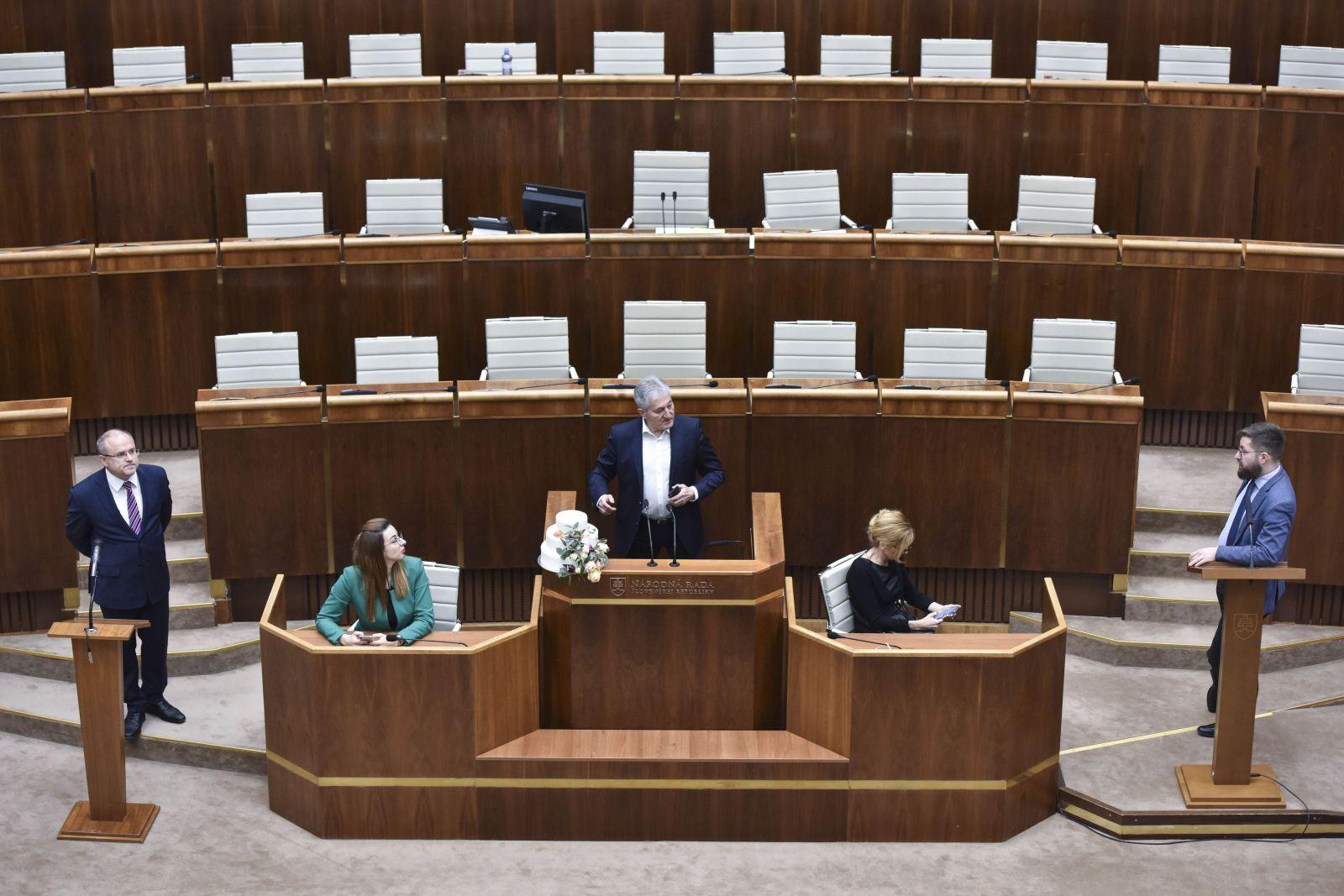 Andrej Danko dal priniesť ďalšie dva rečnícke pulty, opoziční poslanci zablokovali aj tie