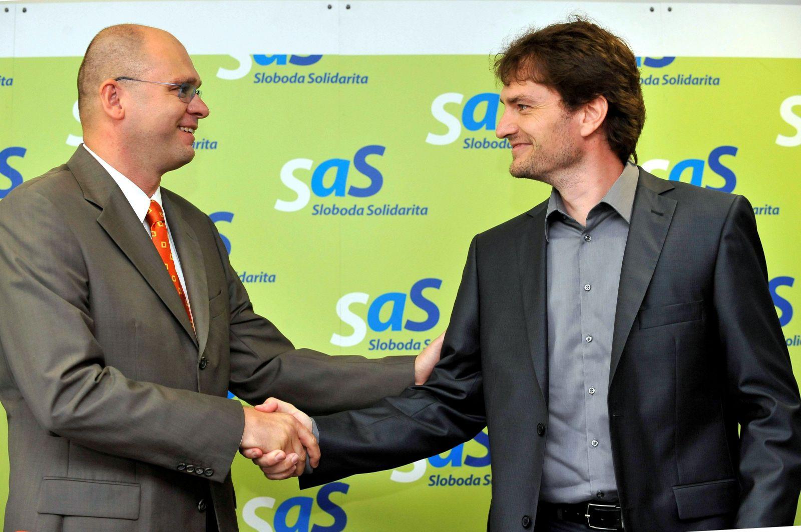 Predseda SaS Richard Sulík (vľavo) a poslanec NR SR za SaS Igor Matovič na tlačovej konferencii 2. augusta 2010 v Bratislave.