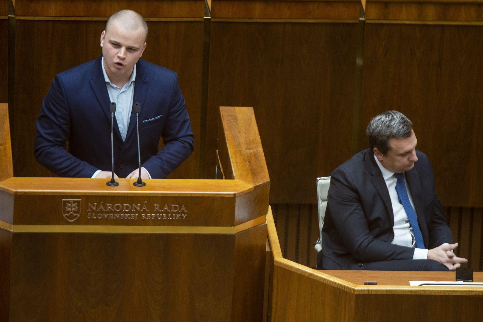 Na snímke vľavo poslanec NR SR Milan Mazurek  (ĽSNS) a vpravo predseda NR SR Andrej Danko (SNS), ktorý predniesol uznesenie Národnej rady Slovenskej republiky k pracovnej definícii antisemitizmu počas zasadnutia 38. schôdze