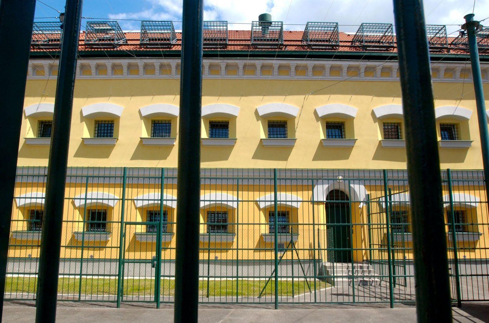 Väzeň v Leopoldove preskočil plot, padli aj varovné výstrely. Spacifikovali ho do 50 sekúnd