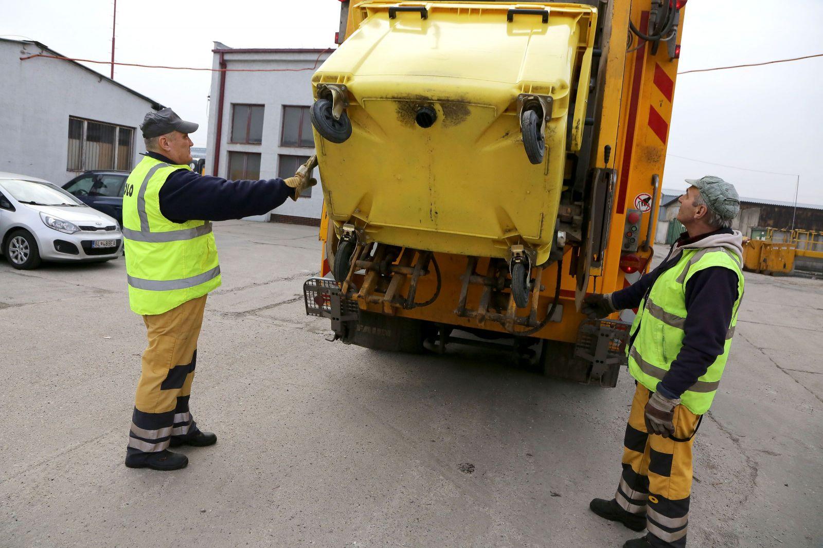 Bratislavský smetiari zarábajú takmer 1400 eur: Noví smetiari dostanú po týždni svalovicu, nevedia sa pohnúť (Rozhovor)