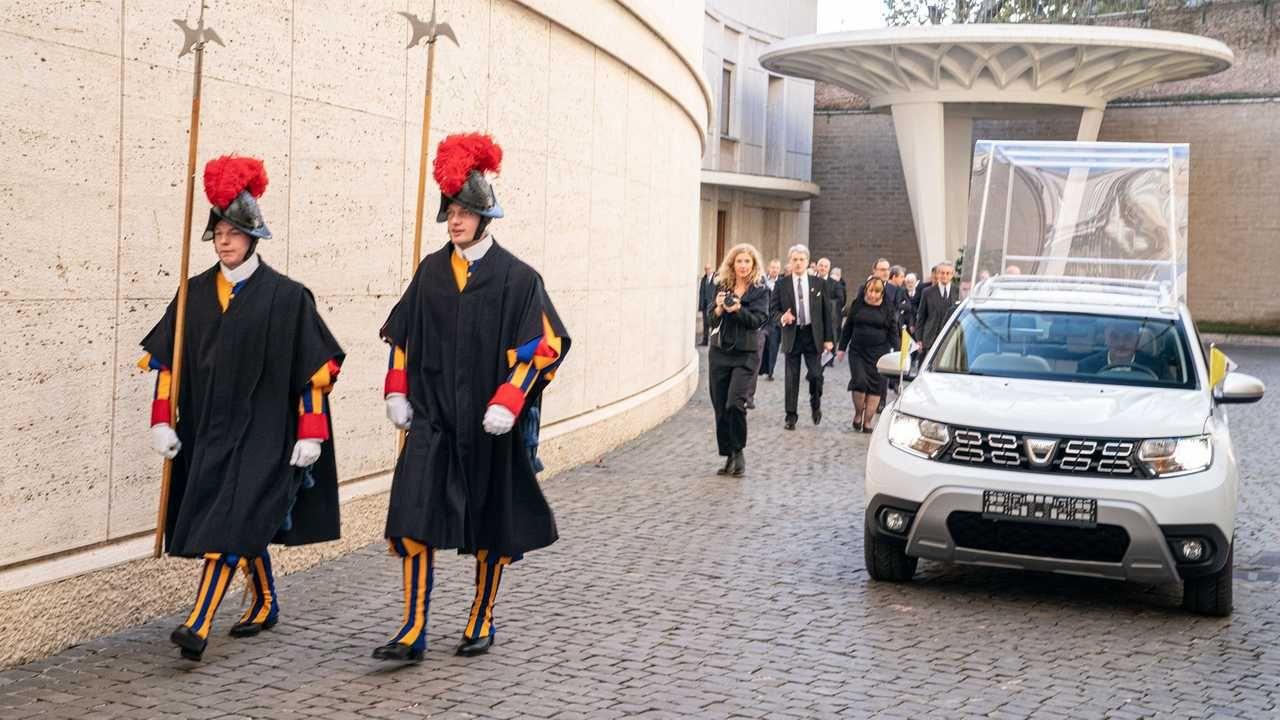 Pápež má nové auto. Po Lamborghini prichádza Papa-Duster od Dacie
