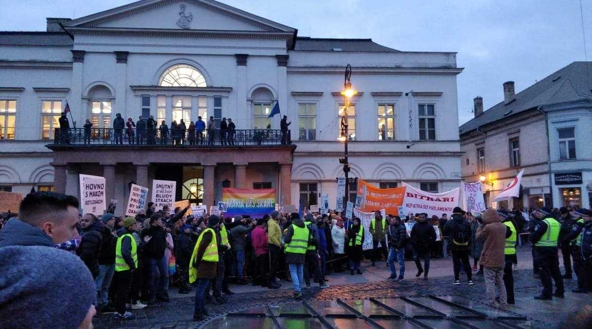 Na námestí v Košiciach stovky ľudí protestujú proti Kotlebovi. Dav Mazureka posiela do basy