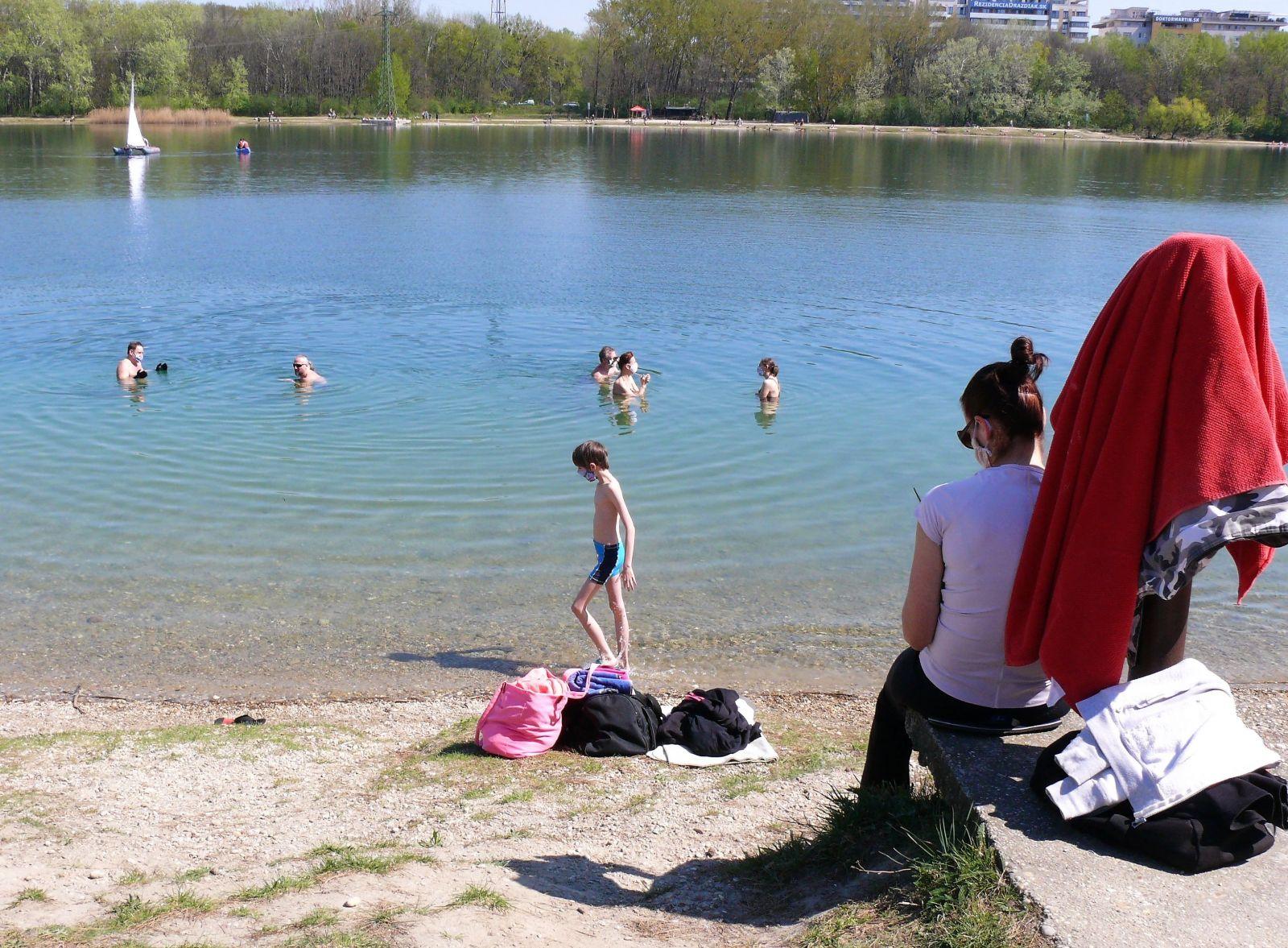 Bratislavčania sa opaľujú a kúpu, ako by sa nič nedialo. Veľký Draždiak je preplnený ľuďmi aj napriek obmedzeniu