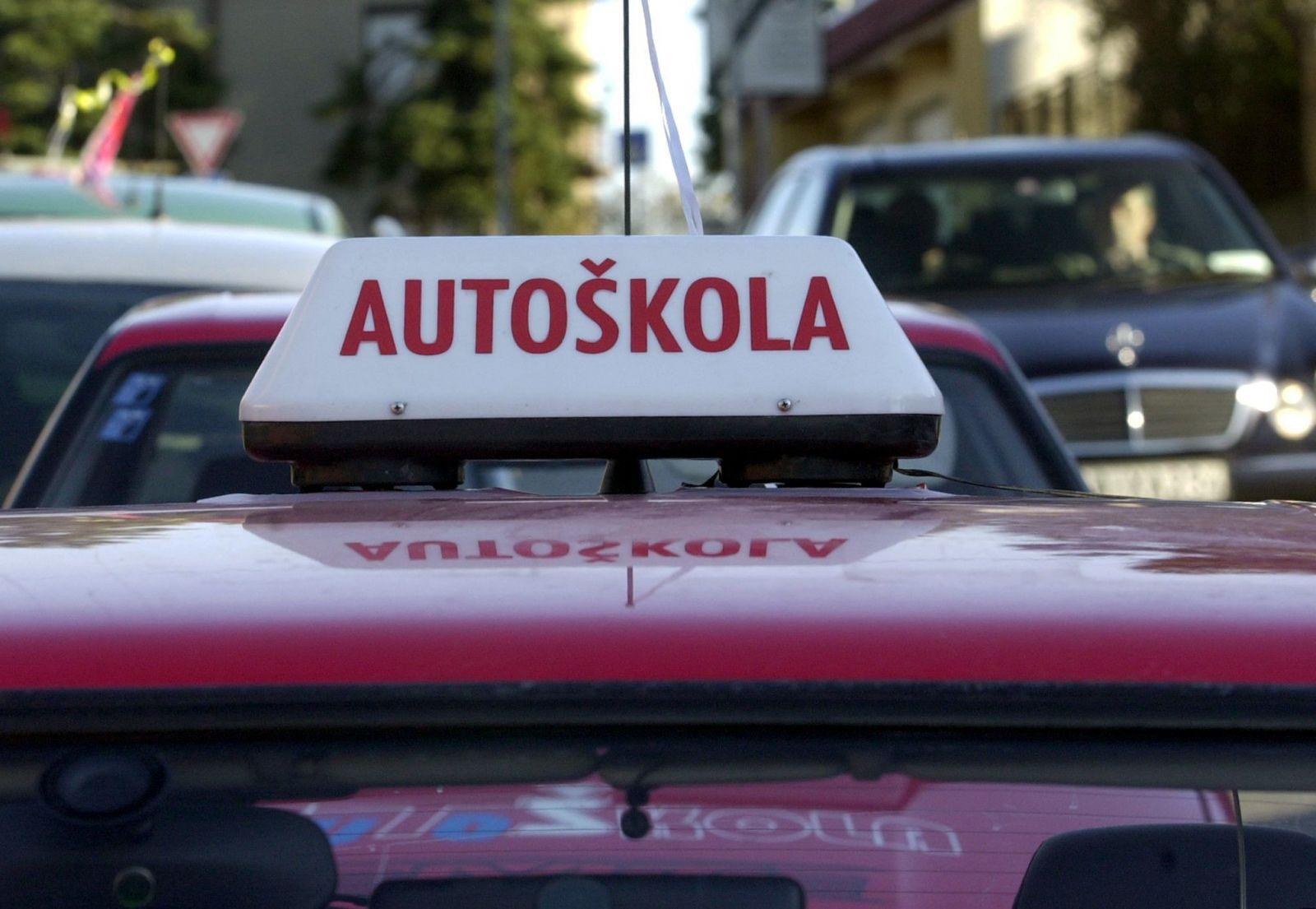 Od 1. decembra musia čerství vodiči spozornieť. Pri porušení pravidiel na cestách ich čakajú preškolenia