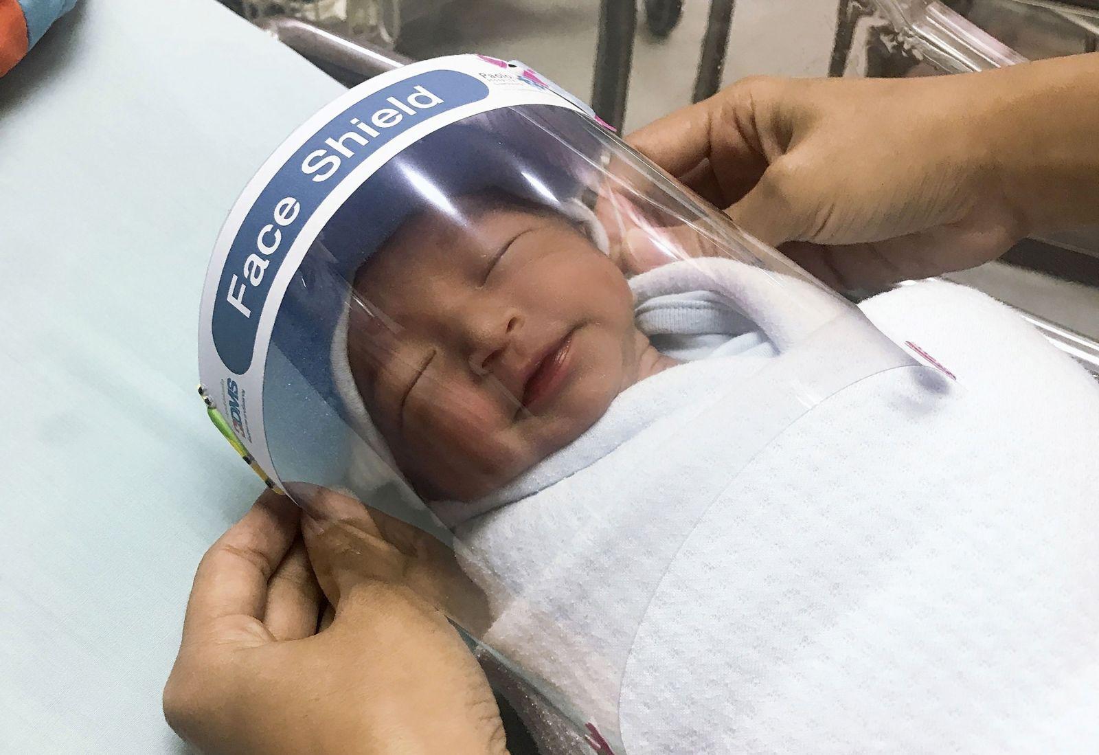 Bábätká v Thajsku majú ochrannú masku na tvár, aby sa chránili pred koronavírusom