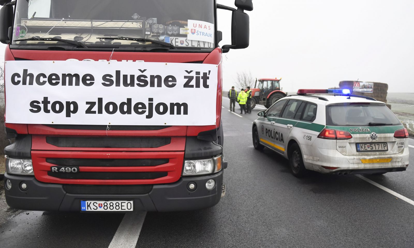 Premiér Pellegrini: Dopravcovia obťažujú slovenských občanov a robia z nich rukojemníkov. Vyzýva ich, aby rokovali