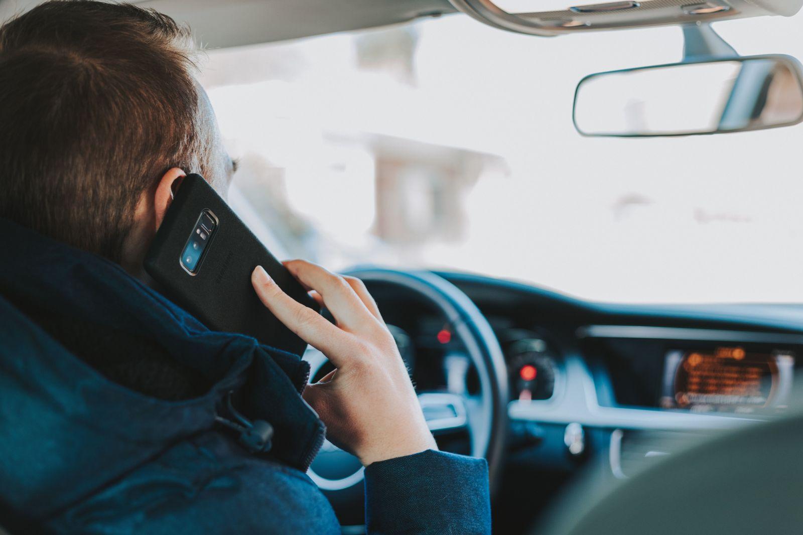 Hrávaš sa za volantom s mobilom? Oddnes sa pokuty za používanie mobilov zdvojnásobili