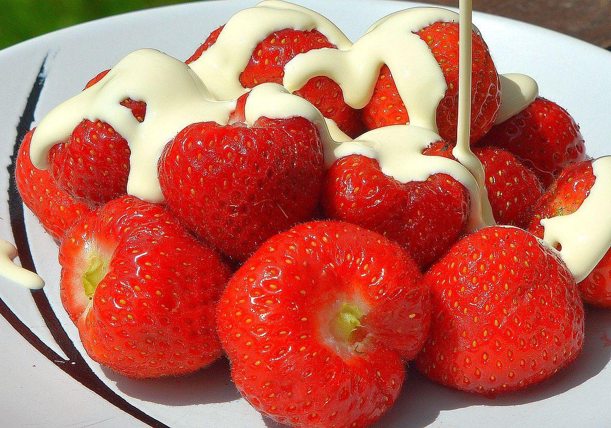 """Po 142 rokoch menia receptúru. Na Wimbledone budeš môcť ochutnať vegánsku variáciu pochúťky """"Strawberries and cream"""""""