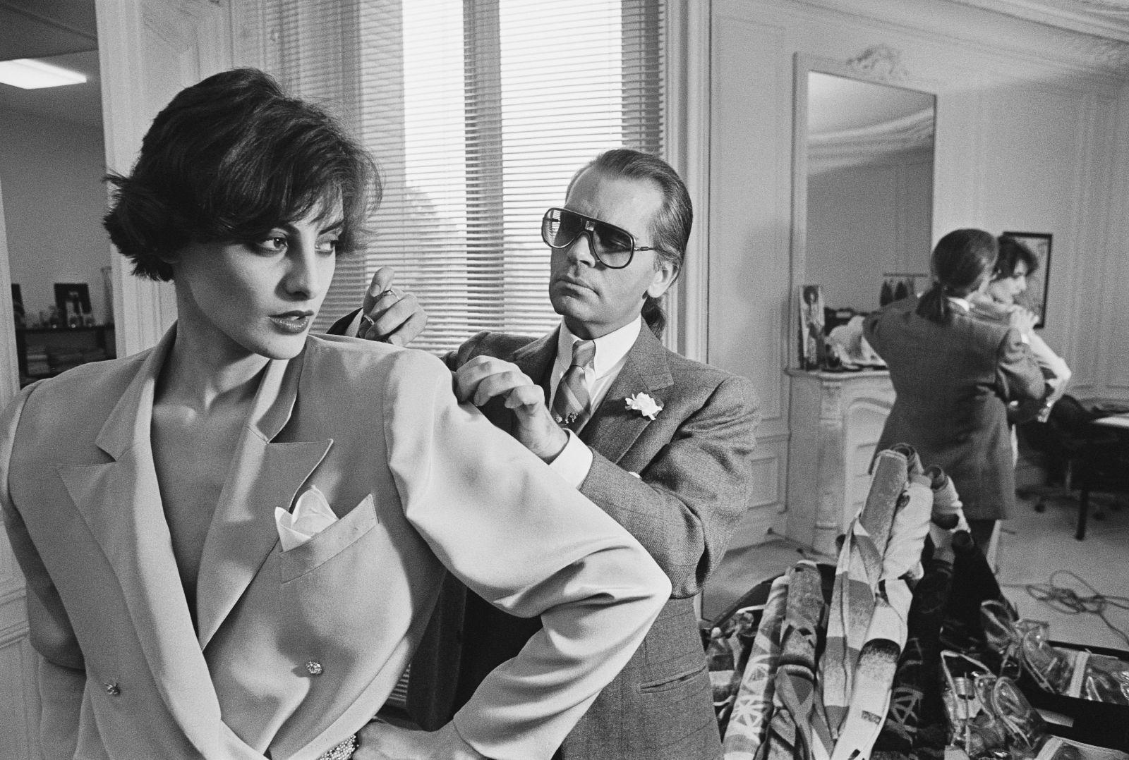 Kto bol Karl Lagerfeld a prečo je považovaný za jedného z najdôležitejších módnych návrhárov v dejinách?