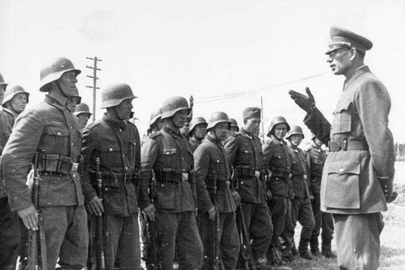Generál Vlasov rozmlouvá s příslušníky Ruské osvobozenecké armády