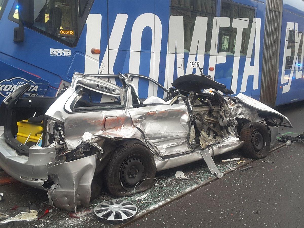 V Brně se na Konečného náměstí vklínilo mezi dvě tramvaje osobní auto, řidiče museli vyprošťovat