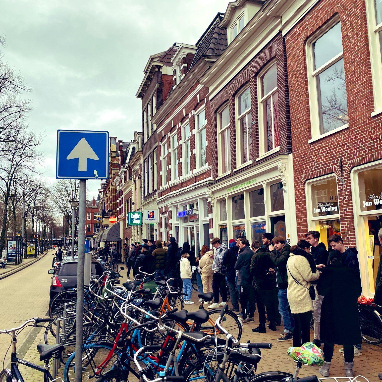 V Nizozemsku se stály řady na marihuanu.Vláda jim totiž uzavřela coffee shopy