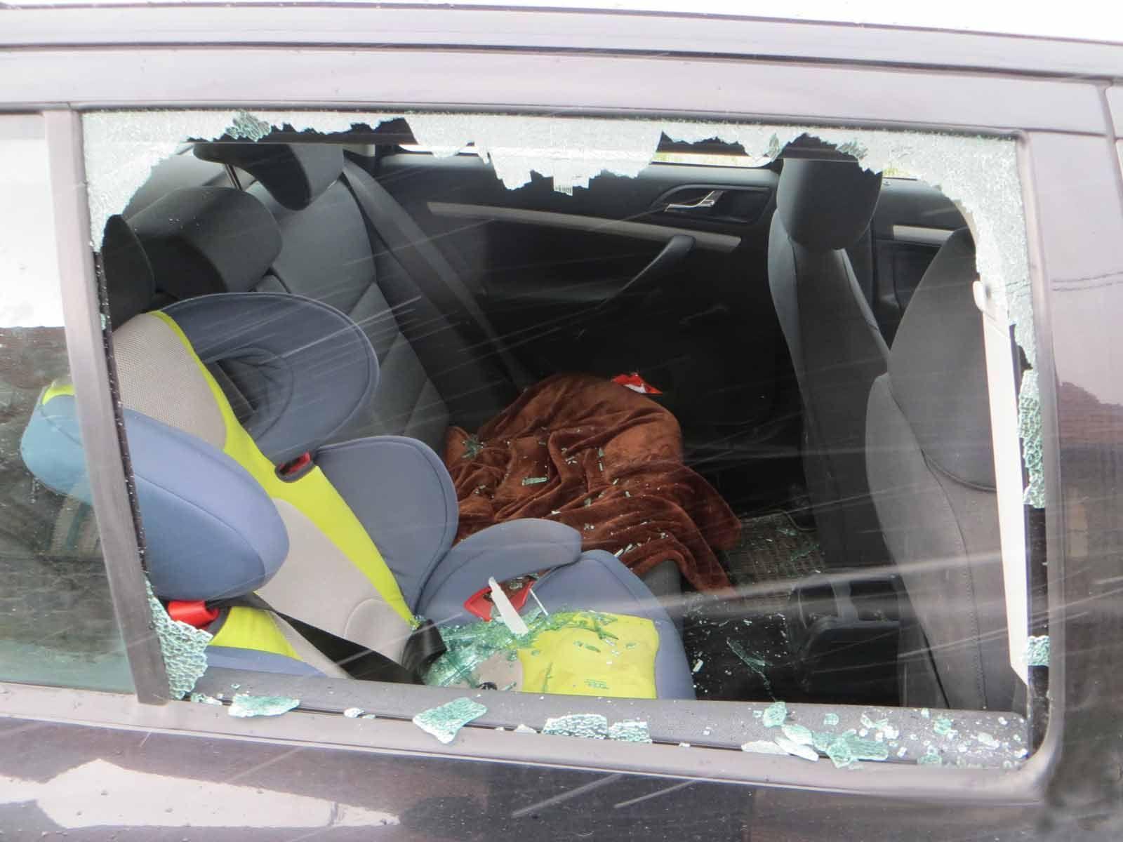 Muž na Brněnsku poničil sousedovi, se kterým je ve sporu, auto před domem kladivem. Souseda však nebylo