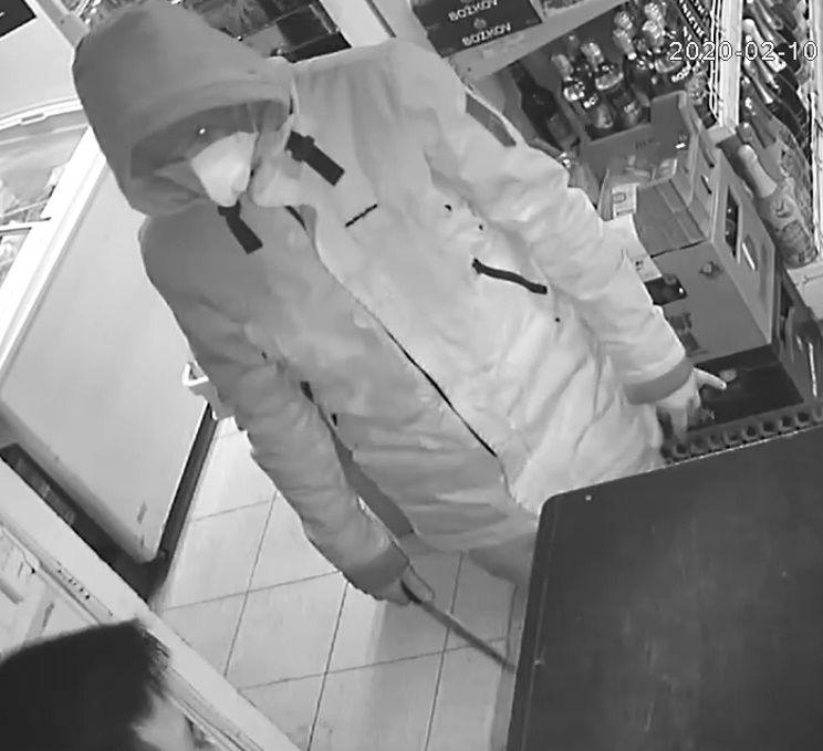 Koronaviru se snaží využít i lupiči, zloděj v Liberci loupil v bílé roušce