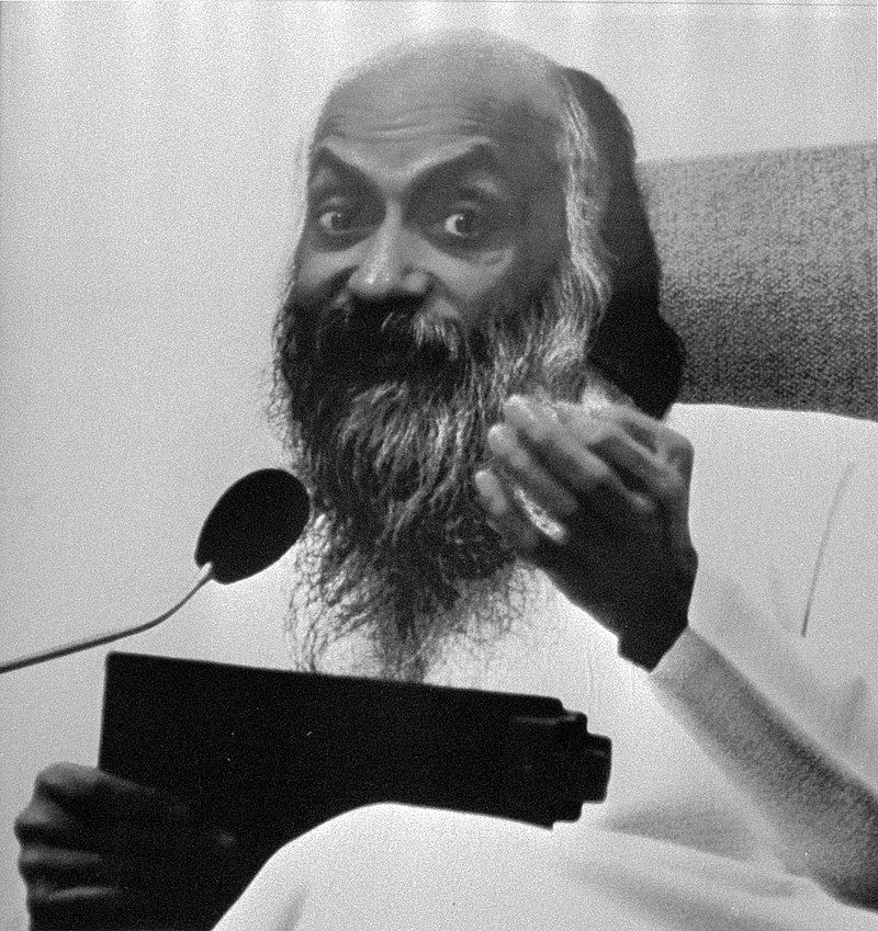 Radžníšpuram: Utopická komunita v čele s bohatým sexuálním guru, jehož sekretářka vedla válku proti úřadům USA