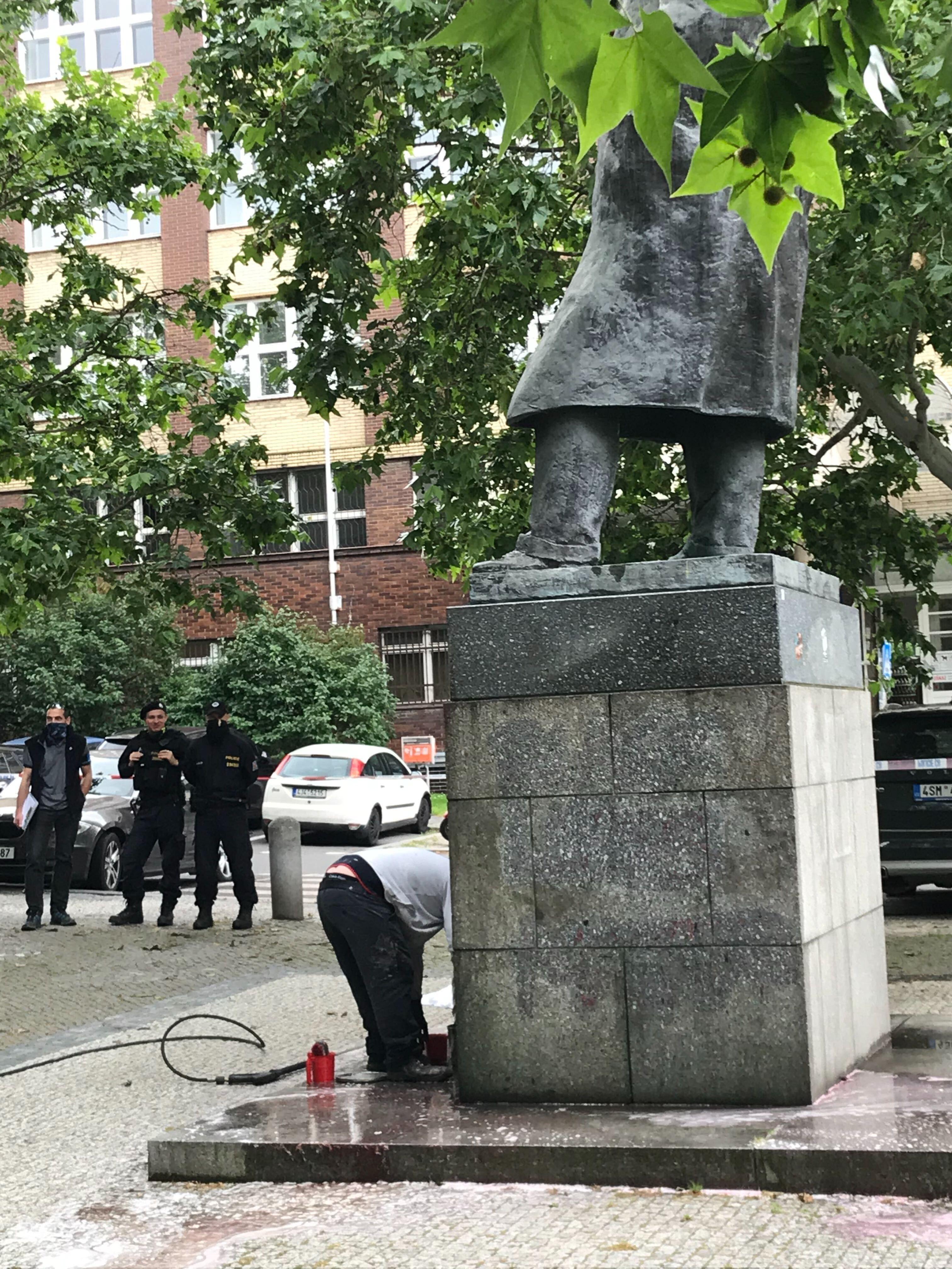 Na Churchillovu sochu v Praze někdo nastříkal sprejem, že byl rasistou. Podobný nápis se objevil i v Británii