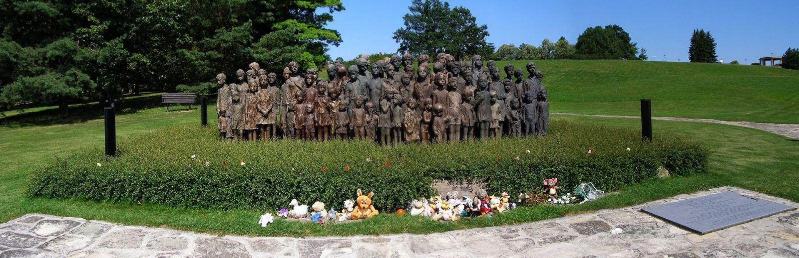 Česko si připomíná 78 let od vyhlazení Lidic. Na neveřejné akci se ukázal i prezident Zeman